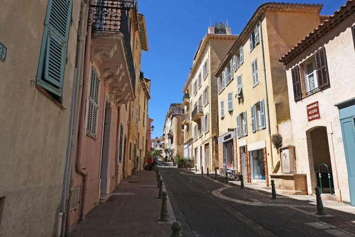 La_rue_Saint-Sauveur_côté_est,_vue_orientée_vers_la_place_Bellevue_(Le_Cannet)